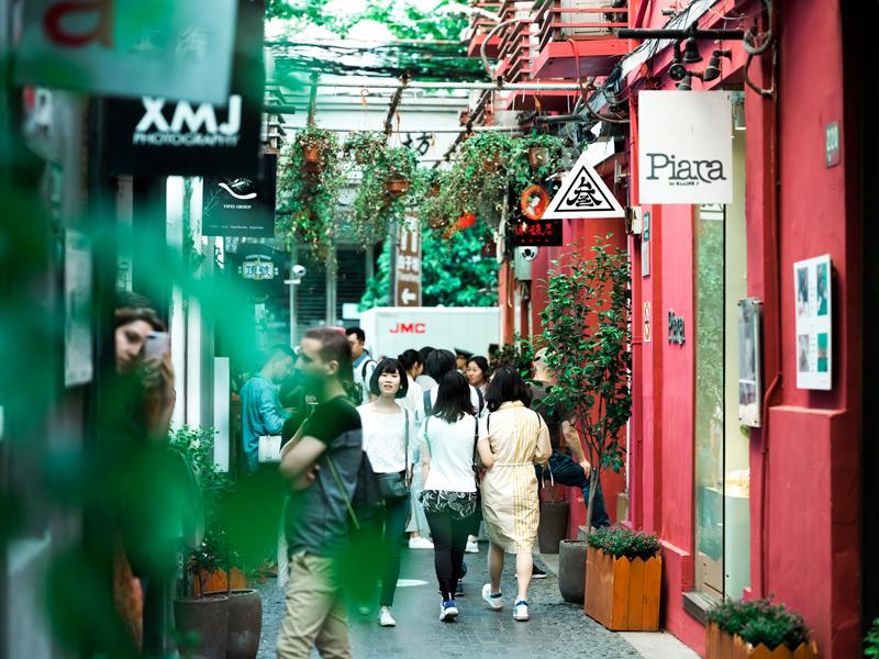 田子坊从一个马路集市变身足够上海老弄堂气息的商业旅游区。   东方IC图