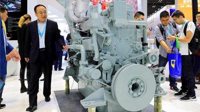 11月6日,一款日本三菱重工生产的环保型发电用柴油机展品亮相进博会装备展区。