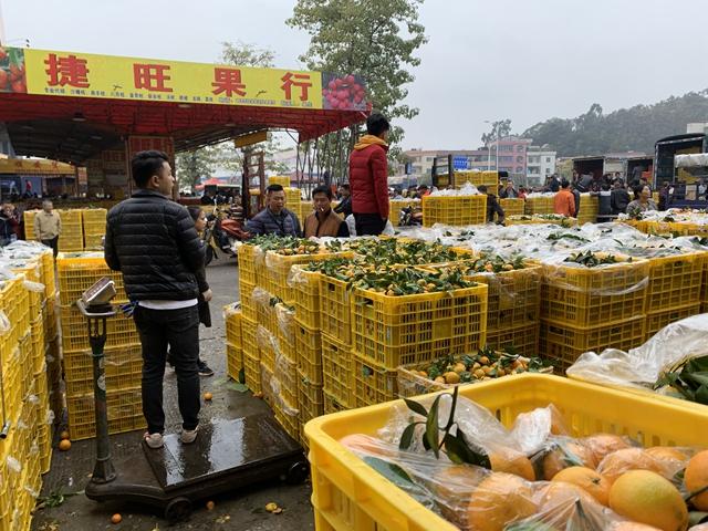 东莞市果菜副食交易市场的水果摊位 第一财经记者摄