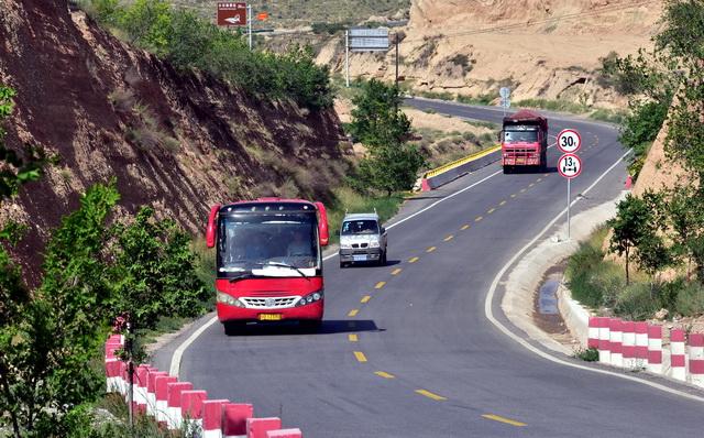宁夏回族自治区固原市便利快捷的农村公路。摄影/章轲