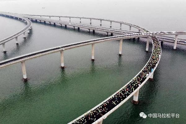 胶州湾大桥上的马拉松跑者。