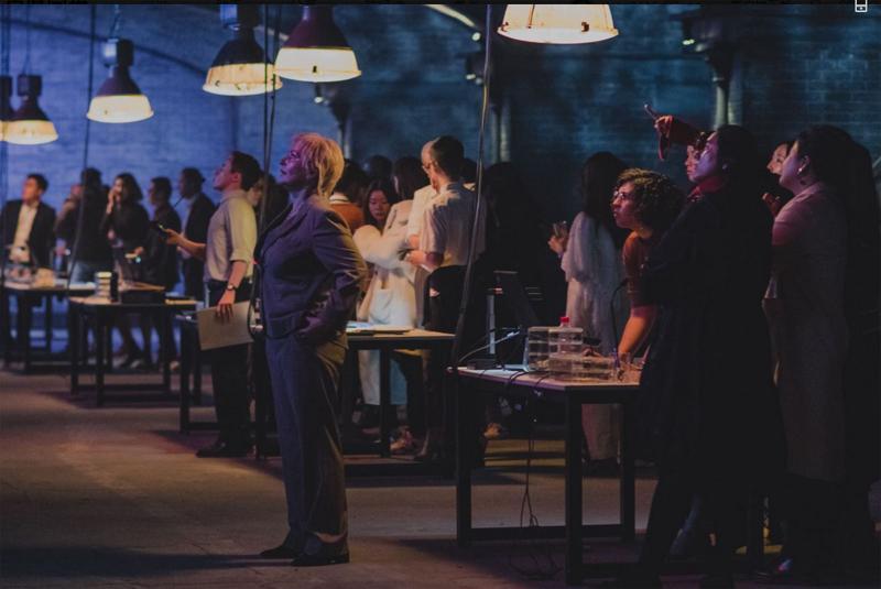 与《不眠之夜》差别,《隐秘影院》鼓励不悦目多主动参与,成为故事以及角色的一片面
