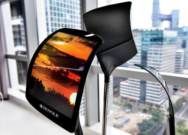 位于深圳的柔宇科技展示的柔性屏。摄影/章轲