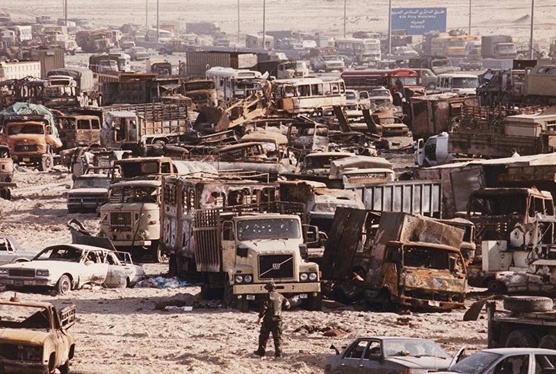 1991年,在科威特向北通往伊拉克的80号高速公路上,数以千计的伊拉克车辆在完全暴露的情况下被美国战机击毁。