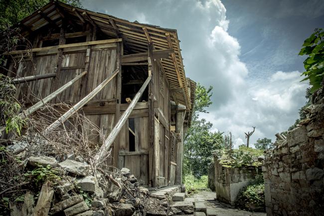贵州安顺,云山屯的老屋,一些已经破败,当地人用木头支撑防止房屋倒塌。  摄影/王晓东