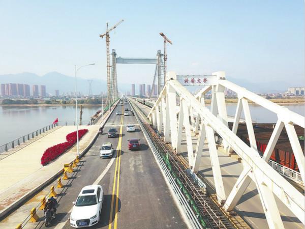 1日,福州新洪塘大桥下游三分之一桥幅,率先通车。