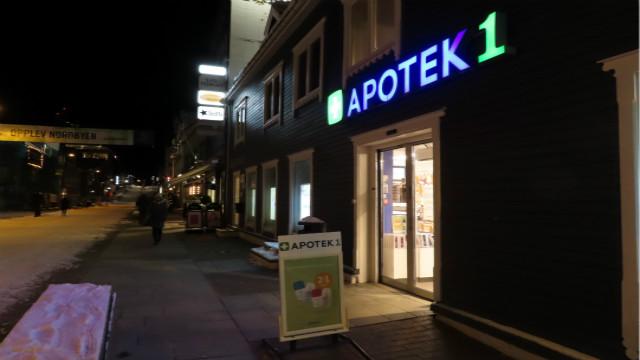准极夜下的特罗姆瑟药店。摄影/钱幼岩