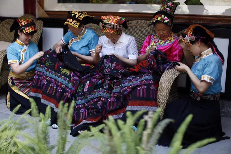 """""""羌绣""""和""""藏族编织、挑花刺绣""""先后于2008年和2011年被列入国家级非物质文化遗产名录。"""