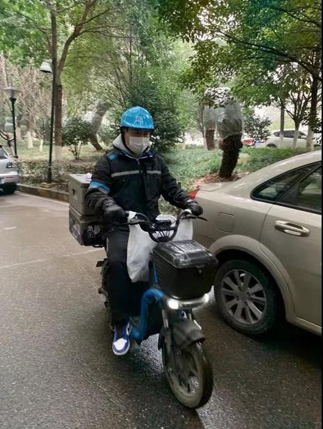 盒马在武汉地区的配送员。