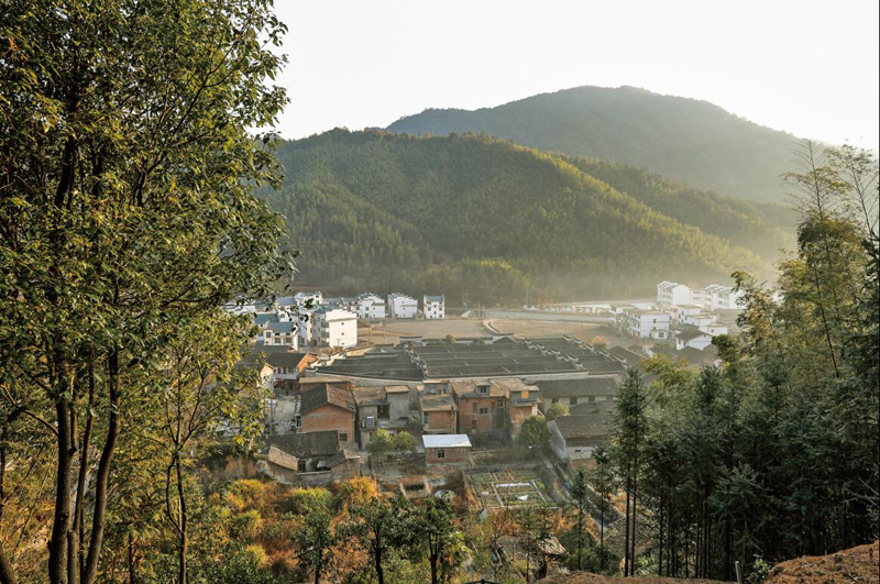 群山环绕的洲湖村