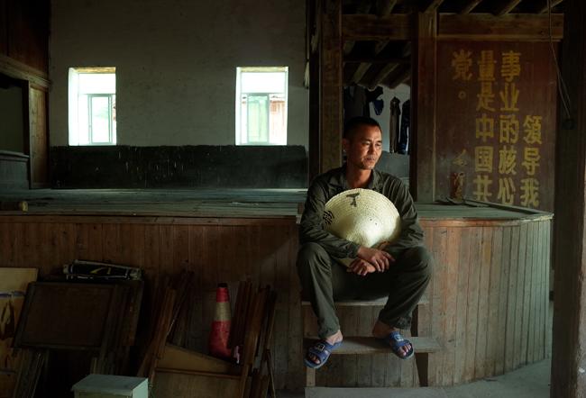46岁的林轩棋在福州等地做了十几年水泥营业,2015年8月被村里老人叫回来选九龙村村长。  摄影/张健