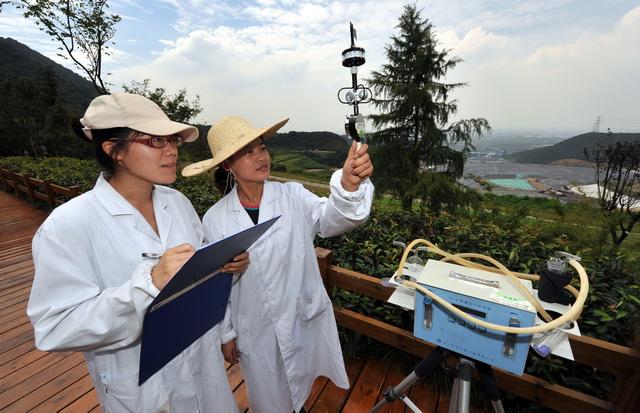 监测人员在杭州天子岭垃圾填埋场检测空气质量。摄影/章轲