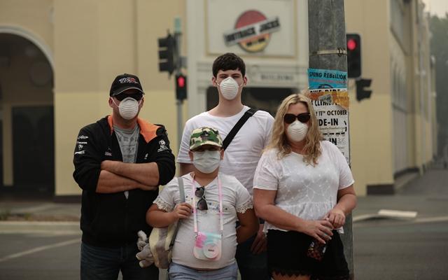 1月2日在澳大利亚首都堪培拉拍摄的戴着口罩的路人。