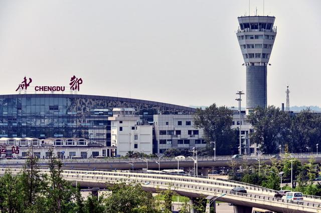成渝地区是中国西部经济最发达的地区。图为成都机场。摄影/章轲