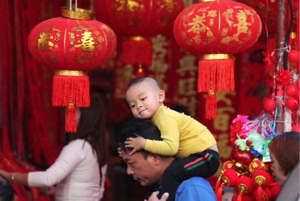 1月7日,市民走在满是迎春饰品的南宁市上海路上。
