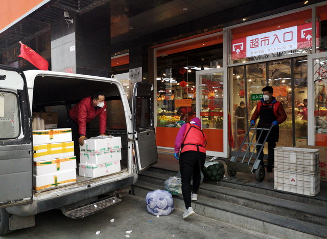1月26日下昼,北京市向阳区一家超市正在补货。摄影/章轲