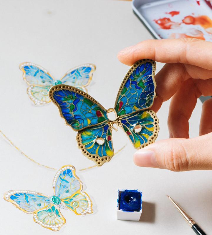 珠宝设计师储季媛与非遗艺术珐琅大师熊松涛合作的透窗珐琅祖母绿胸针
