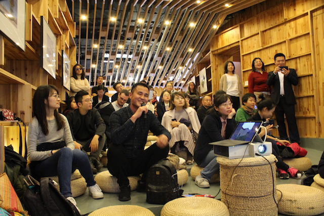 延平艺术季在上海举走的平走沙龙上,九龙村村长林轩棋说话与参与者交流    供图/丁枫