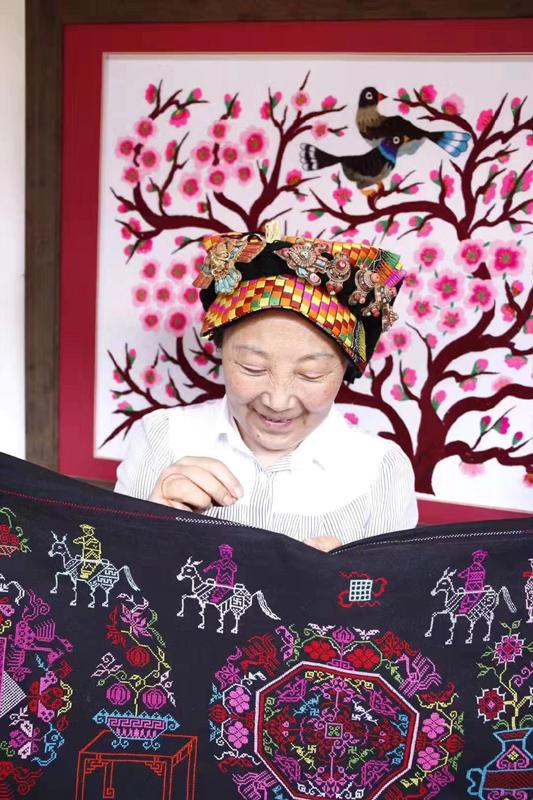 杨华珍是藏羌织绣的国家级传承人