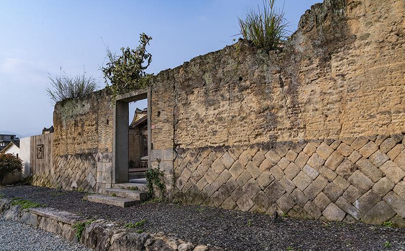 残墙及身上的植被被小心翼翼地保留下来