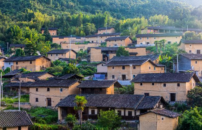 地处闽北偏远山区的南平巨口乡九龙村,有300多户居民,房子背靠笔架山、面朝着2600多亩农田。  摄影/吴军