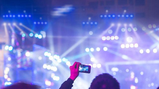 能得到现场演出机会的音乐人只是极少数。他们需要开拓新渠道新平台,加入产业创新