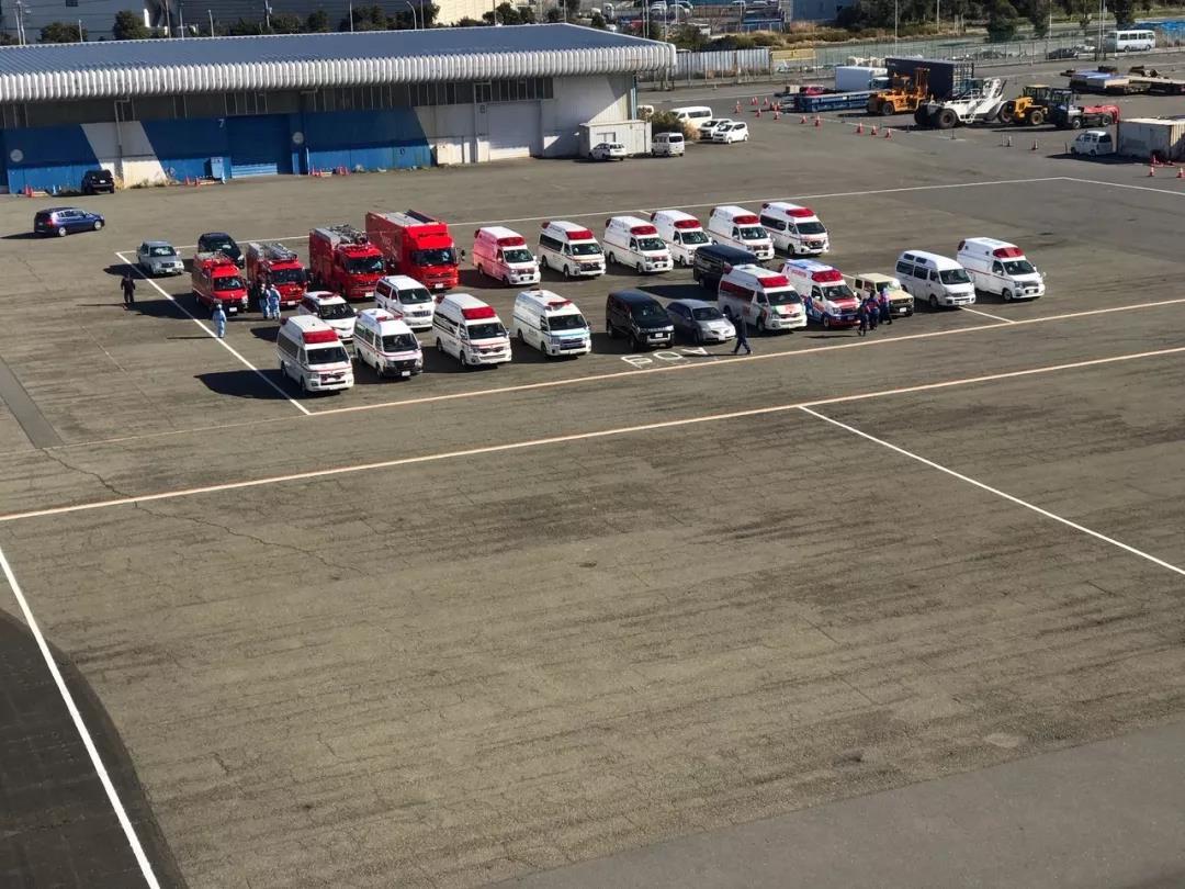 △ 2 月 9 日,停在港口停车场的救护车与消防车。图片来源