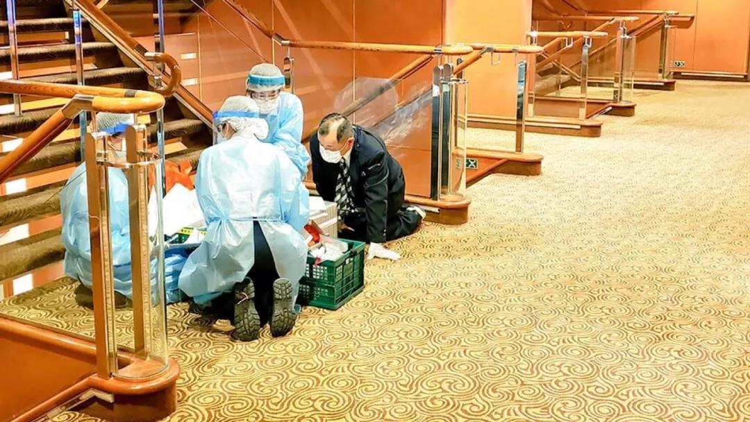 △ 2 月 4 日上午,检疫官在船舱八楼检疫。图片来源 | Twitter @daxa_tw
