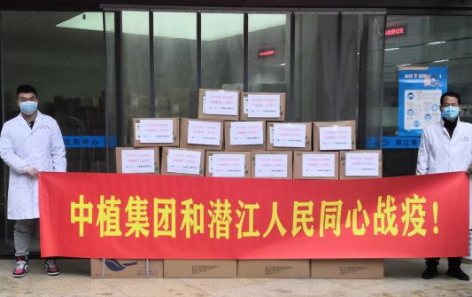 潜江市疾控中心工作人员接收物资