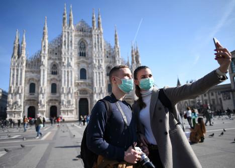 2月24日,在意大利米兰,人们戴着口罩在大教堂前自拍。