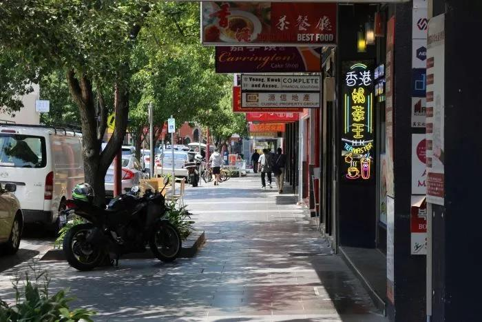 疫情发生后,在澳大利亚墨尔本的博士山(Box Hill)华人区,往日熙熙攘攘的街道现在十分冷清。图片来源 | 澳大利亚广播电视台 (ABC)