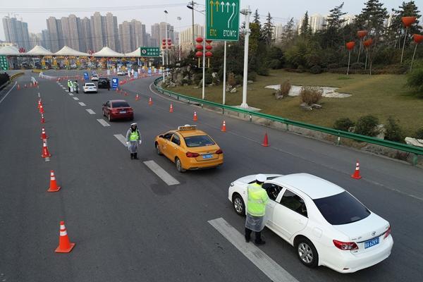 2月10日,西安绕城高速曲江出口正在进行疫情防控检查。新华社