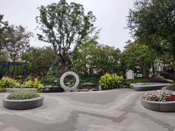 曹杨新村外围有大面积的绿化带和公共空间