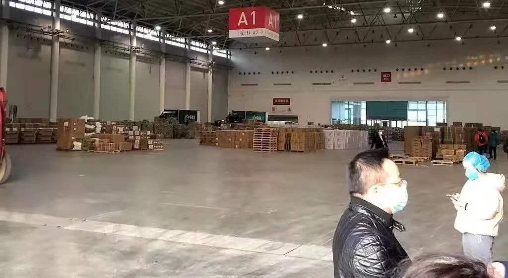 位于武汉市汉阳区国博中心A馆的武汉市红十字会物资接收仓。| 图片来源:湖北省红十字会官网