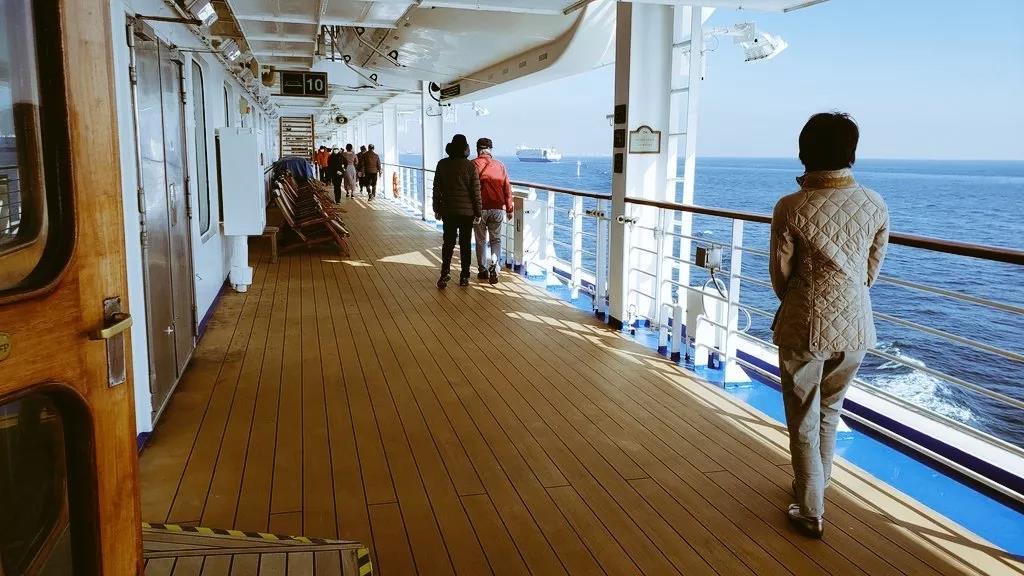 △乘客在甲板上运动。图片来源 | Twitter @daxa_tw