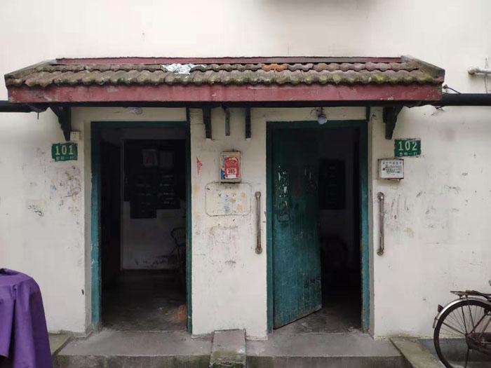 在工人新村,白天各家各户的大门大多敞开着