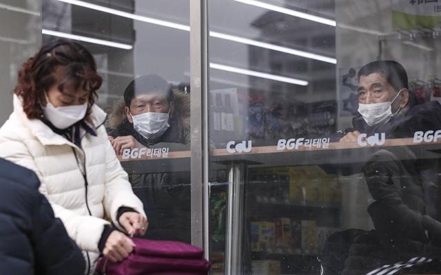 21日在韩国首尔,人们在一家便利店内休息。新华社