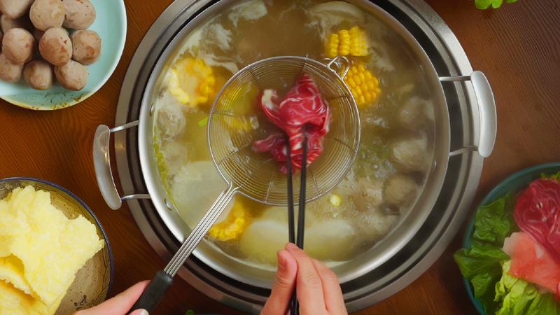 """疫情发生后全民宅家的日子里,火锅一度登顶网友""""最怀念的美食""""。"""