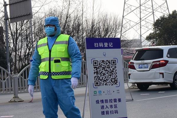 2月4日拍摄的郑州市商都路疫情防控点的扫码登记检查站登记处。新华社