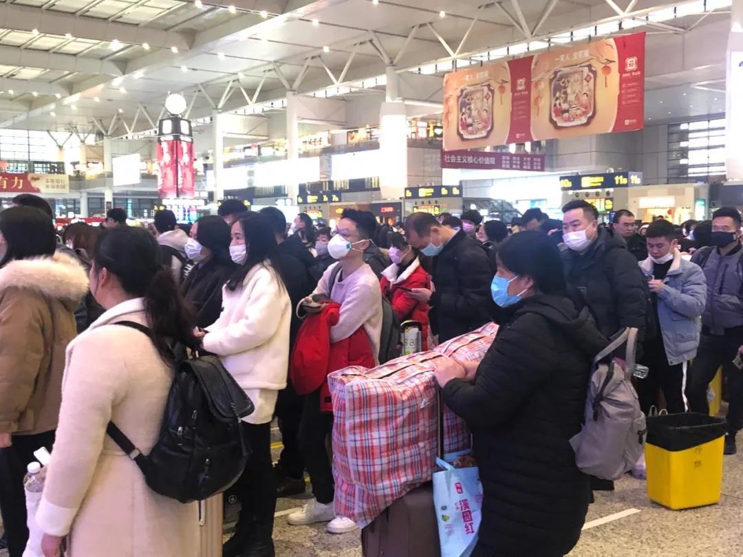 1月22日的上海虹桥火车站内,不少春运旅客都选择了佩戴口罩。|摄影:王一越