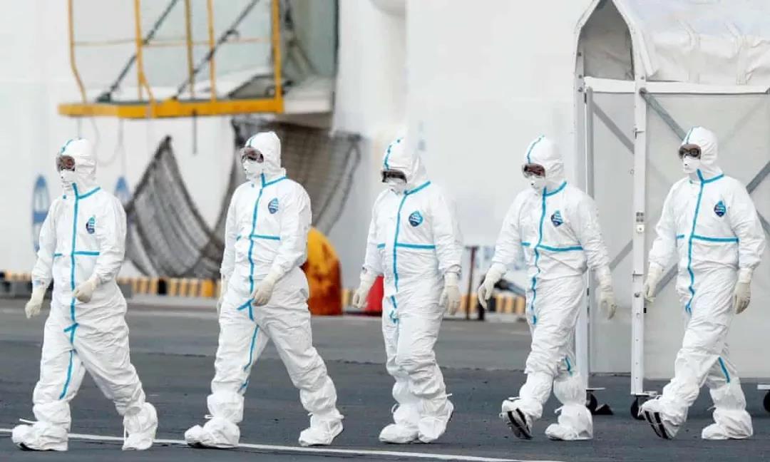 △ 穿着防护服的医护人员从钻石公主号脱离。图片来源 | 路透社