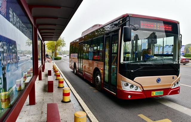 山西省临汾市一公交车站。摄影/章轲