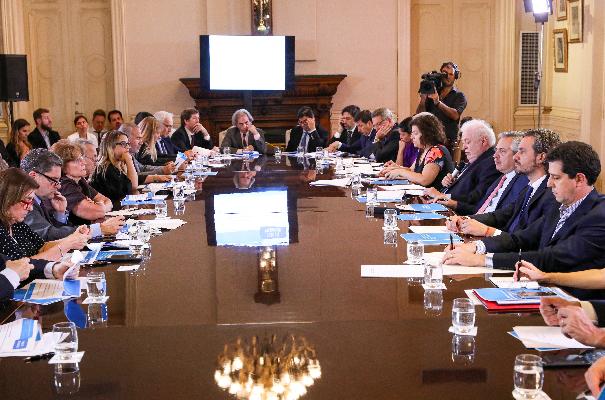 △阿根廷总统费尔南德斯与内阁主要官员召开的关于新冠肺炎疫情的特别会议(图片来源:阿根廷政府)