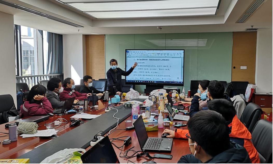 对疫情数据进行集体研判.图片来源:中国疾控中心