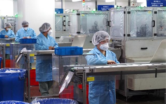 3月10日拍摄的3M中国公司漕河泾工厂KN95口罩生产线。