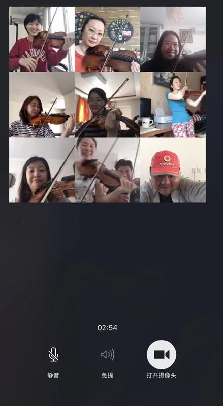 """3月23日首,指挥家李飚带领北京交响笑团成员,行使微信视频群聊的九个画框开启了""""云排练""""。"""