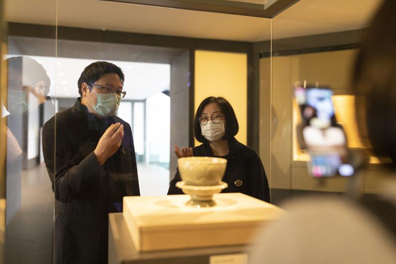 除了讲解,更考验主播功力的,是将博物馆的文创产品融入直播。  苏州博物馆供图