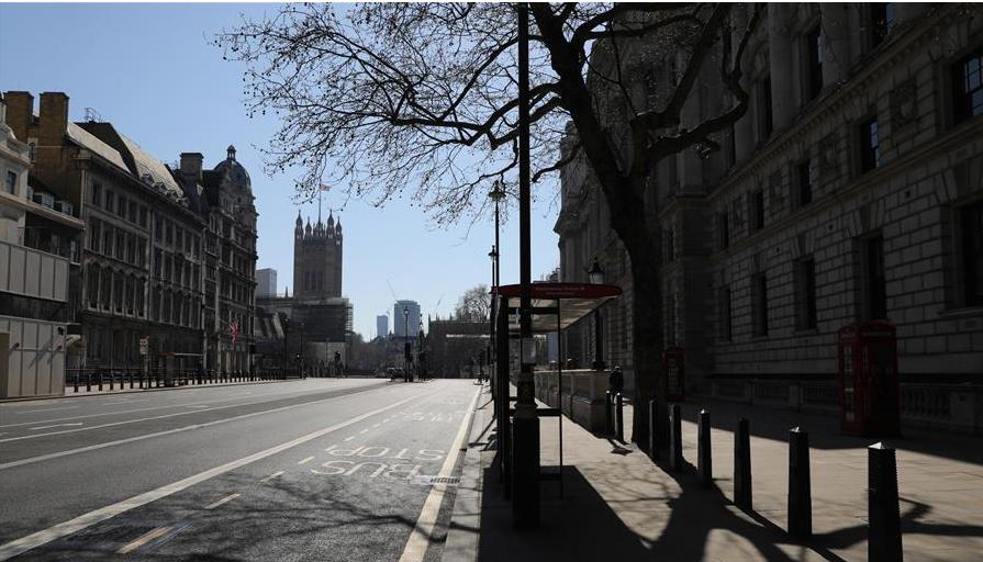 这是3月25日在英国伦敦拍摄的空荡的白厅街道。 在英国,受到新冠肺炎疫情的影响,平日里热闹的城市现在变得冷清。新华社