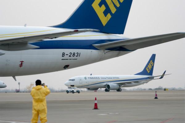1月29日,一架载满声援物资的中国邮政航空货机下落在武汉天河机场。新华社图