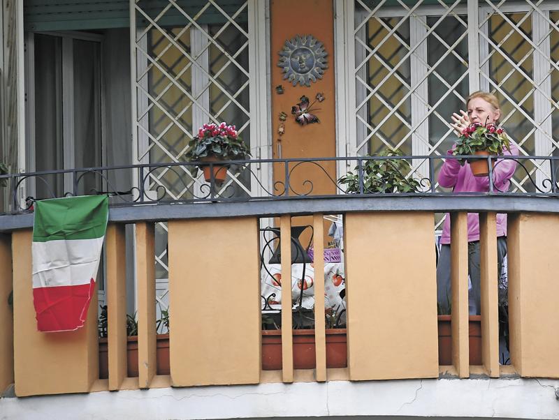 阻隔在家的人们拿出笑器,在阳台上玩首音笑,成为疫情期间最富有意大利风情的感人画面。  新华社图